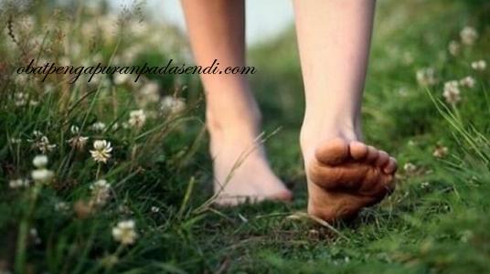 Manfaat Sehat Berjalan Tanpa Menggunakan Alas Kaki